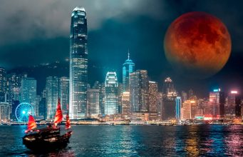 Lune rouge dans le ciel de hong kong