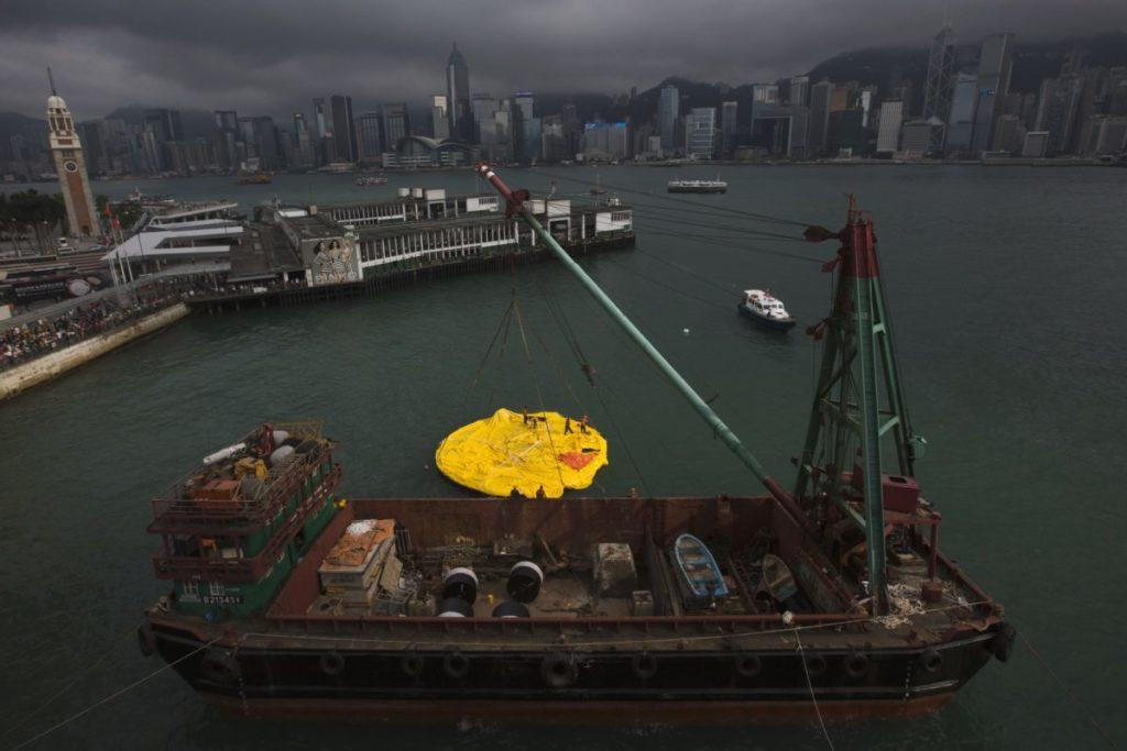 Sculpture de canard géant dégonflée à Hong Kong