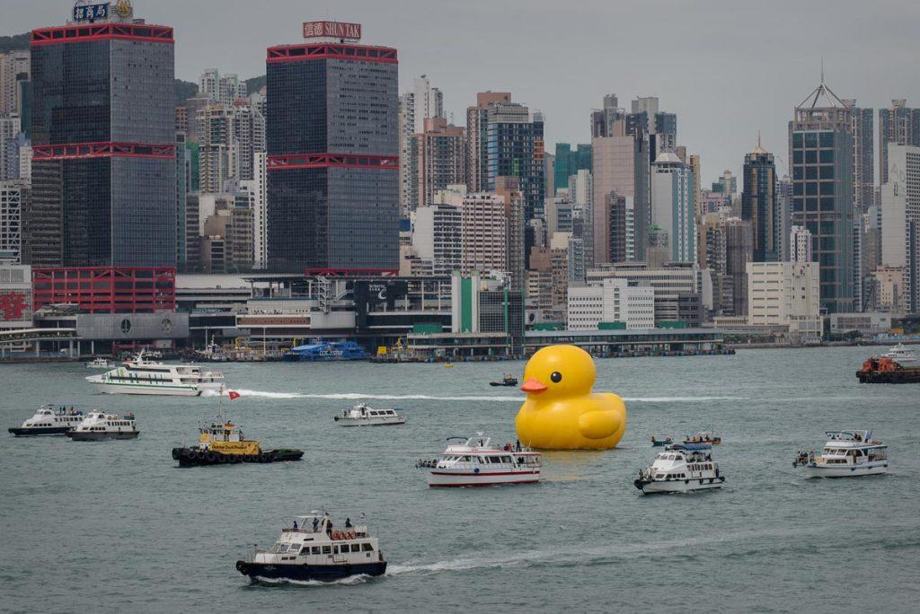 Canard en caoutchouc géant dans le port de Hong Kong