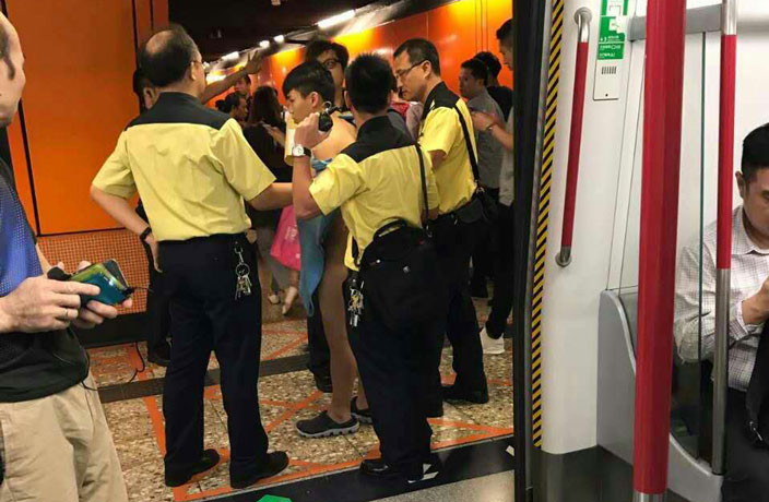 Un homme prend le métro tout nu (avec des Crocs)