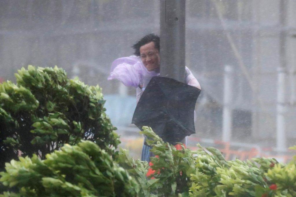 homme typhon poteau