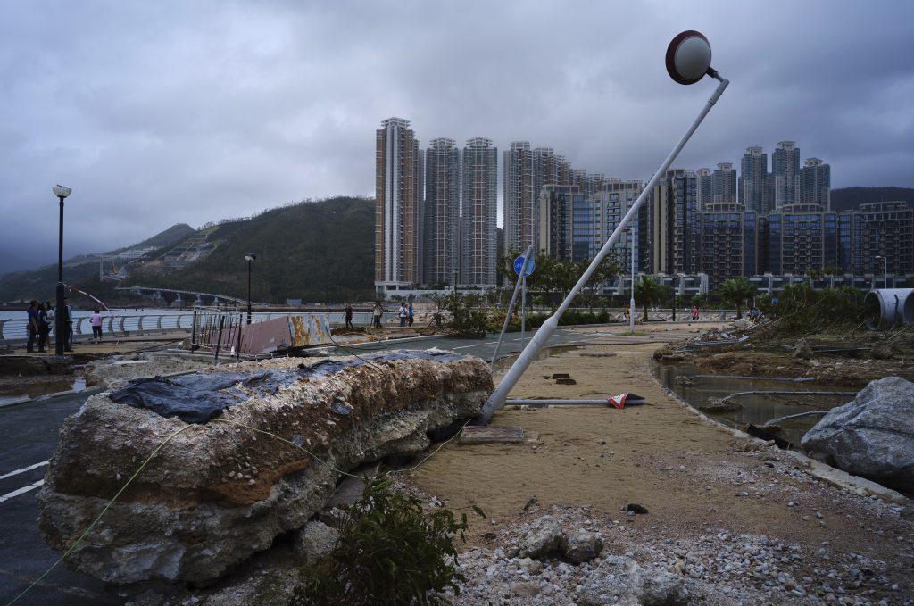 Lampadaire détruit typhon Hong Kong