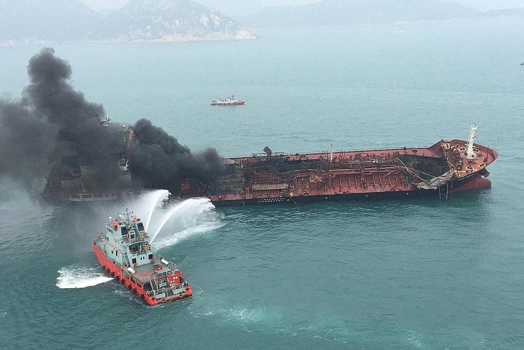 Pétrolier en feu Hong Kong