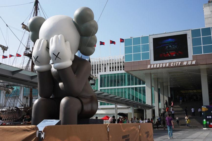"""Exposition """"Passing Through"""" de Kaws à Harbour City (2010)"""